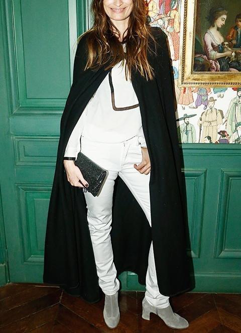 Длинный кейп с белой рубашкой и джинсами
