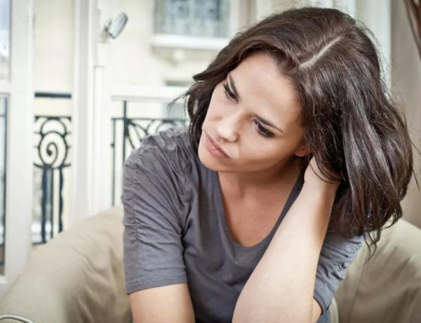 Женщина переживает развод