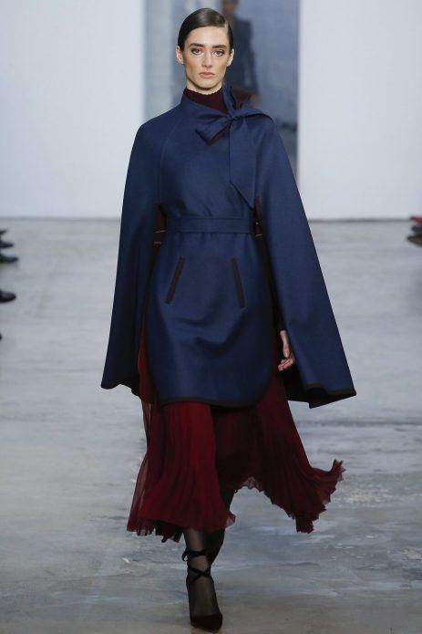 Синий кейп и бордовая юбка макси