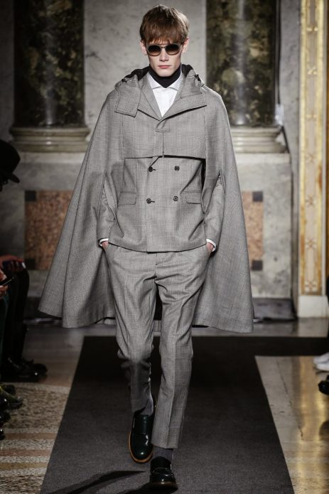 Мужской костюм из серых брюк и кейпа