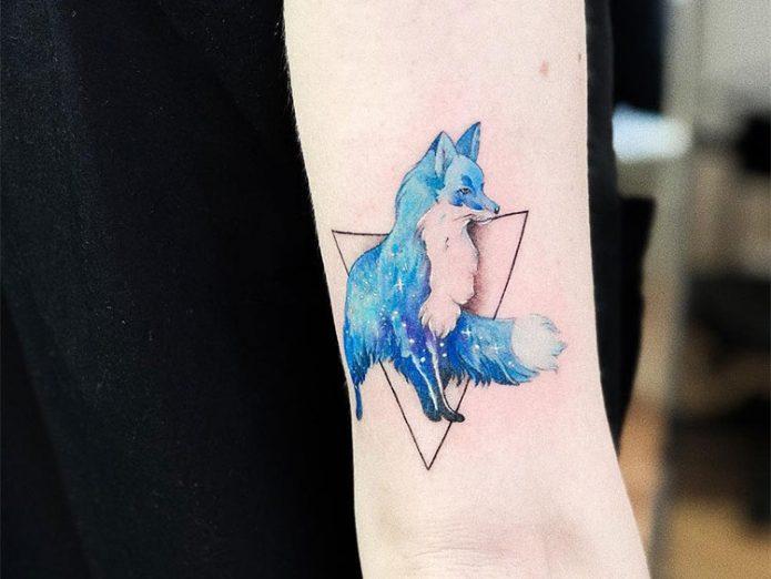 синяя лиса в треугольнике тату для девушки