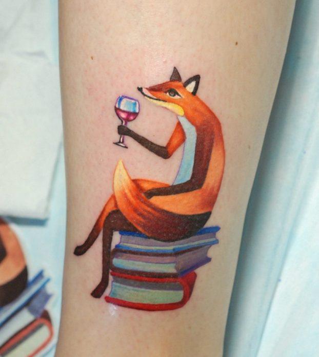 тату на руке, лисичка с вином и книгами
