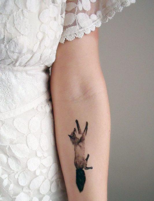 тату маленькое лисица на руке монохром