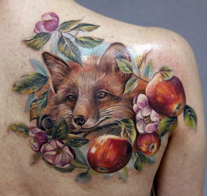 тату лиса с яблоками и цветами на спине