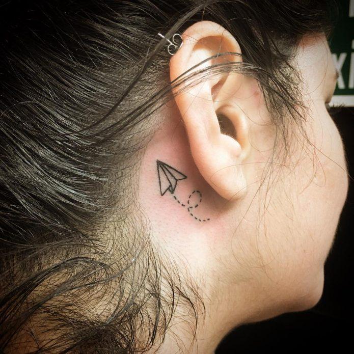 мини-тату за ухом бумажный самолёт