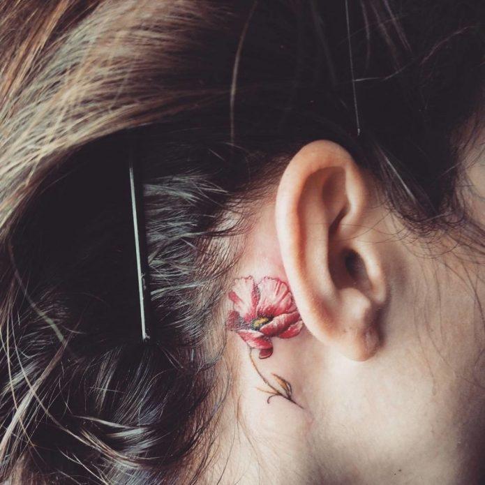 цветная татуировка за ухом, тату цветок