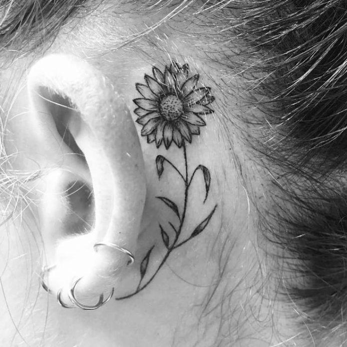 большой цветок, татуировка чб за ухом