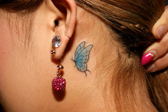 тату бабочка за ухом в цвете