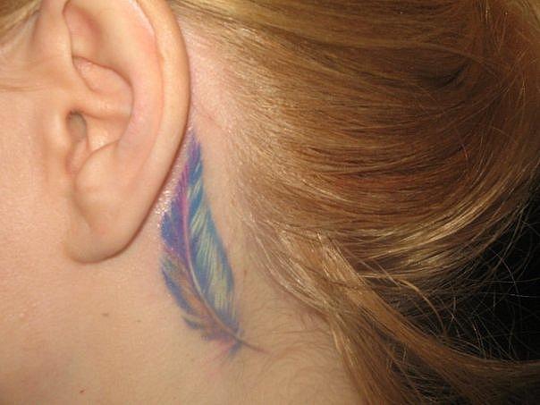 акварельное пёрышко татуировка за ухом