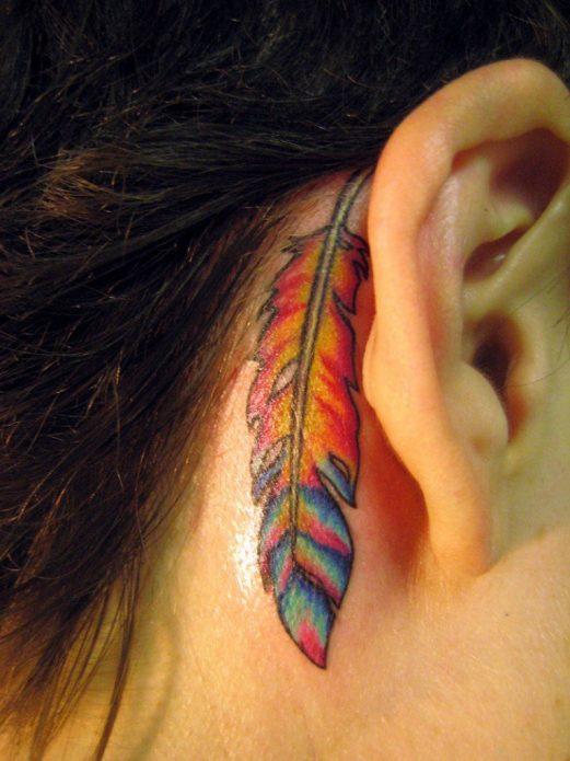 большое цветное тату за ухом перо