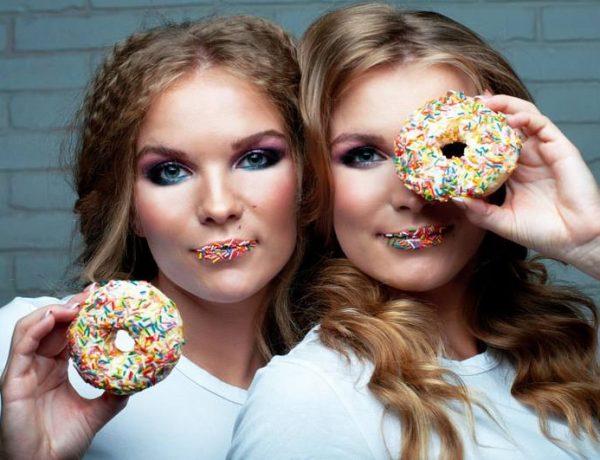 Две близняшки с пончиками