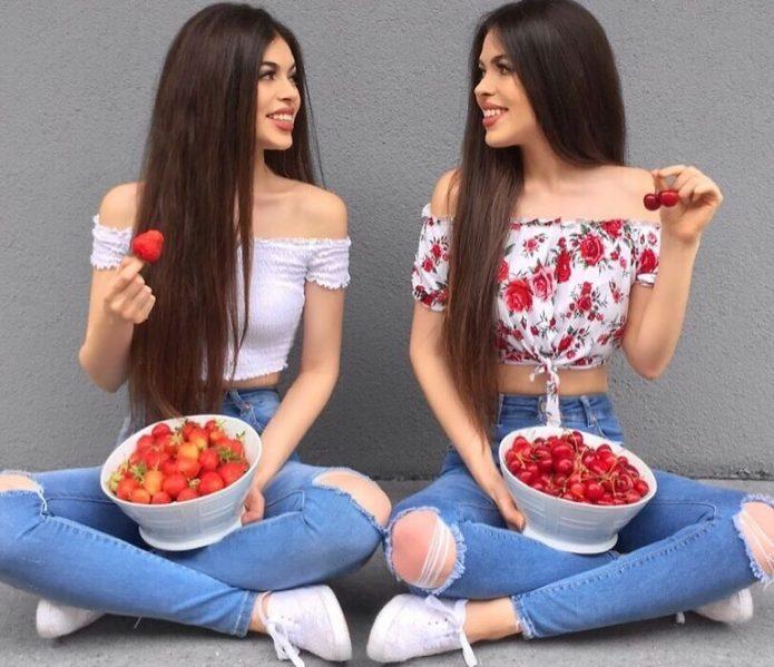 Близнецы едят ягоды