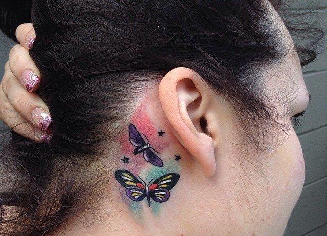 цветные бабочки за ухом татуировка