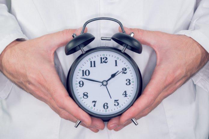 Часы в руках у доктора