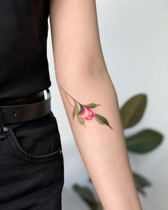 нежное цветное тату на руке, тату для девушек цветы
