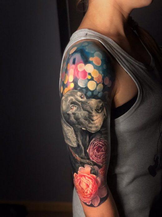 полурукав в стиле реализм, женская татуировка на руке собака и цветы