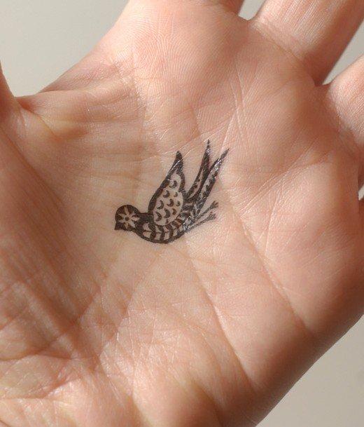 мини-тату птичка чб на ладошке