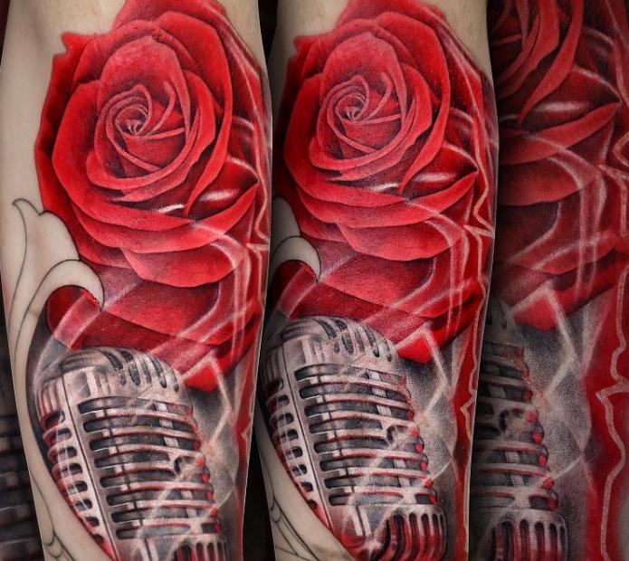 тату роза и микрофон в цвете на руке