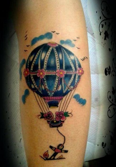 тату воздушный шар на руке в цвете