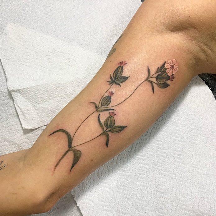тонкие цветы на бицепсе, женское тату