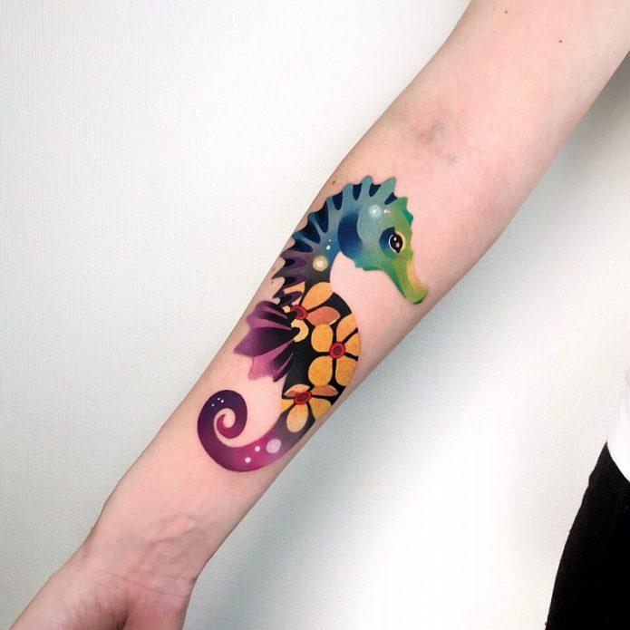 тату цветное морской конёк на руке