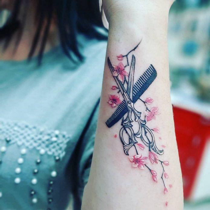 необычная татуировка на руке, сакура и ножницы