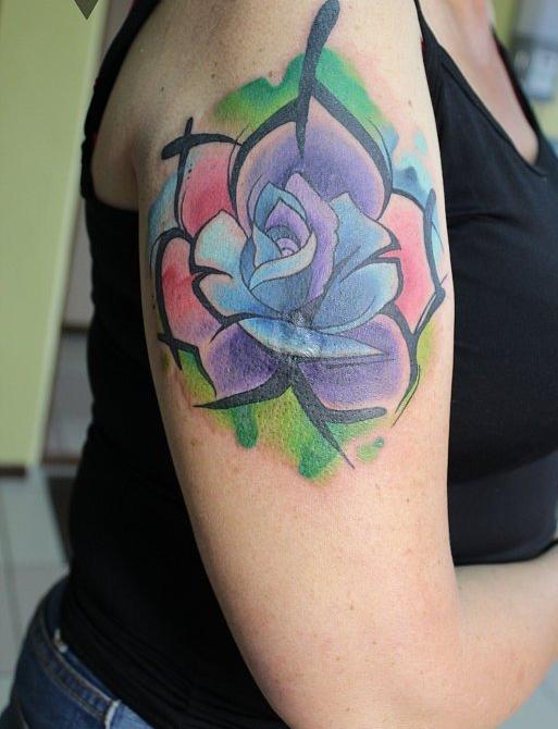 акварельная роза на плече, тату и эскиз