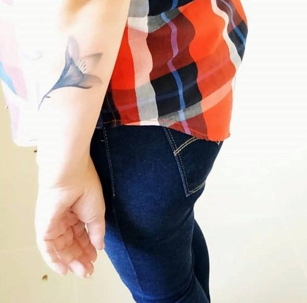 монохромный цветок на руке, женское тату