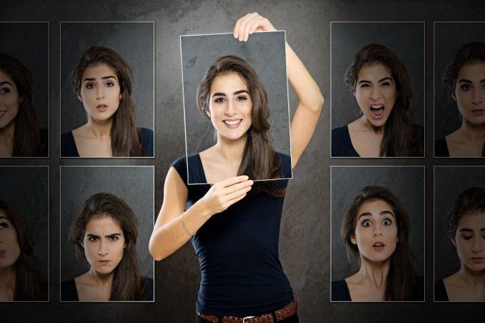 Девушка примеряет разные эмоции