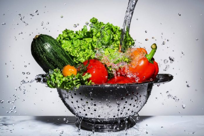 Овощи моют в дуршлаге