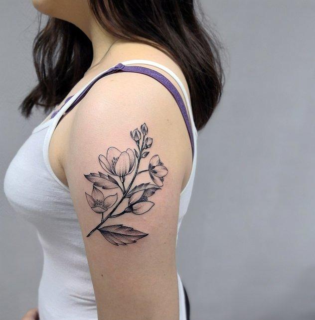 тату графика цветы на плече