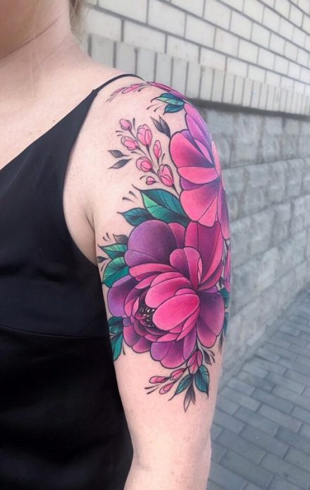 тату на плече, пионы на плече в цвете татуировка