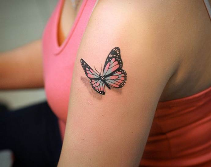 3D тату бабочка на плече