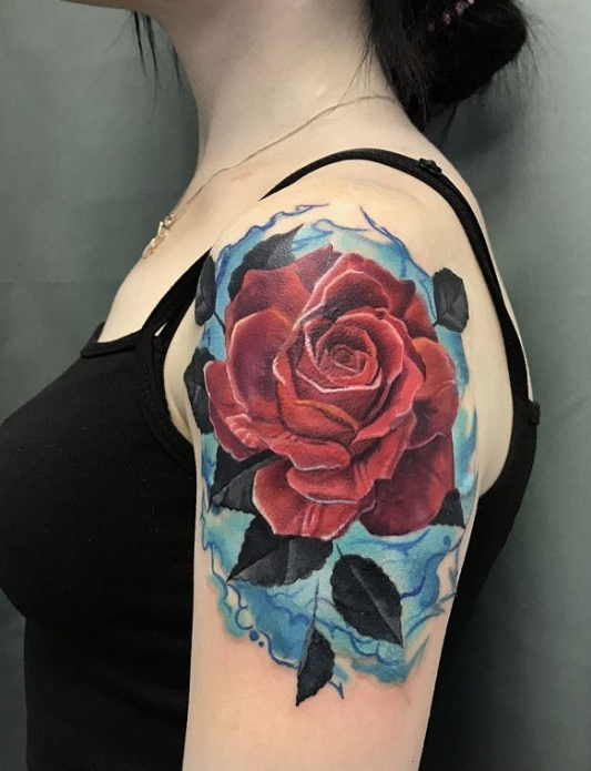 роза в стиле реализм на плече, женская татуировка