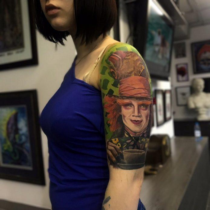 тату-иллюстрация, татуировка шляпник на плече