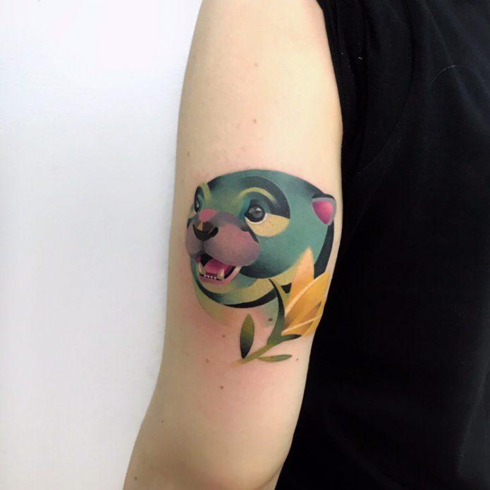 необычное тату мишка на плече, идея для маленькой тату