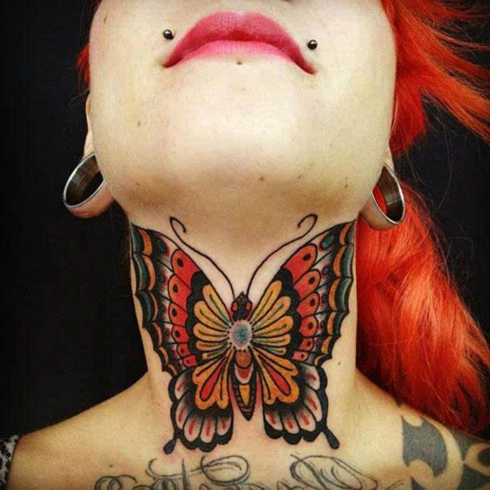 Тату бабочка на горле
