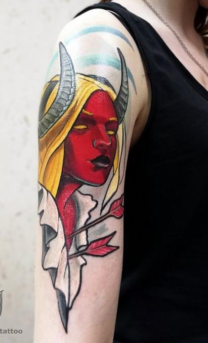 татуировка демон на женском плече