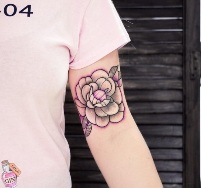 небольшое тату на плече, цветок эскиз для тату