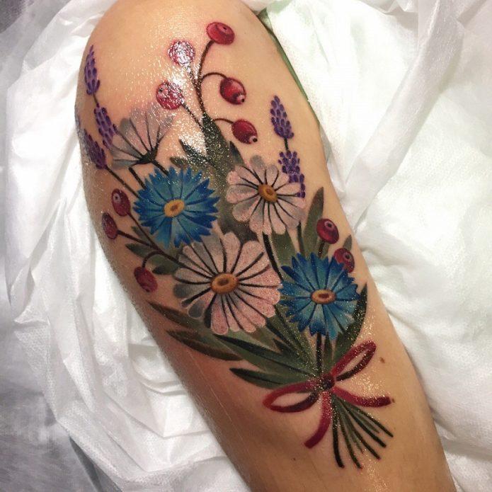 букет цветов тату в стиле реализм на плечо