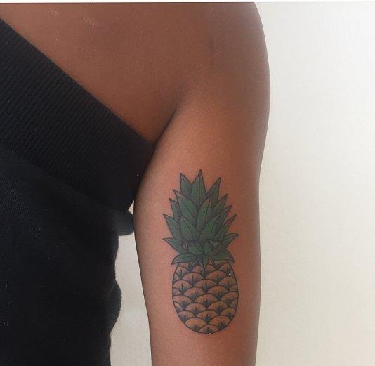 тату минимализм, тату ананас на плече