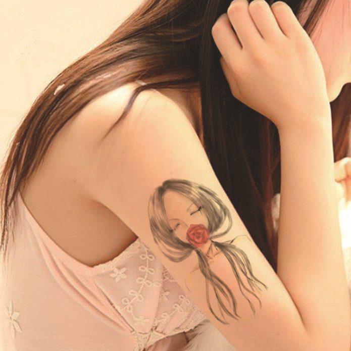 необычная татуировка на женском плече
