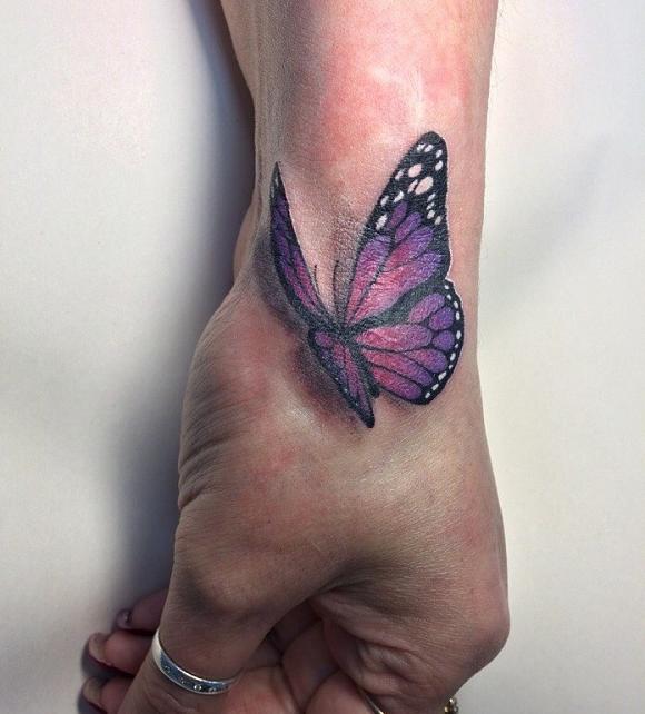 тату 3Д бабочка на кисти