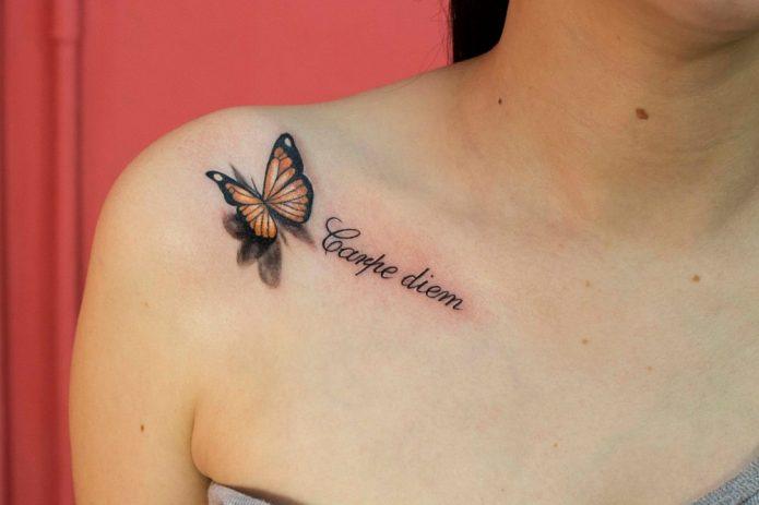 тату бабочка с надписью на ключице