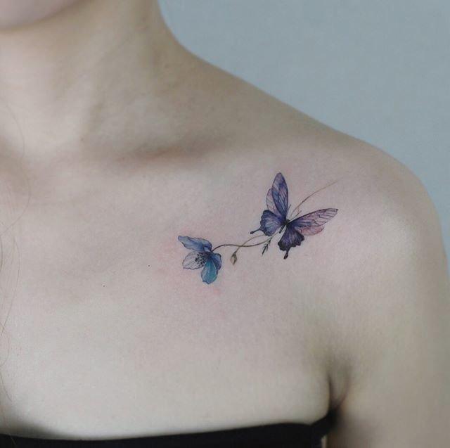 бабочка и цветок тату на ключице