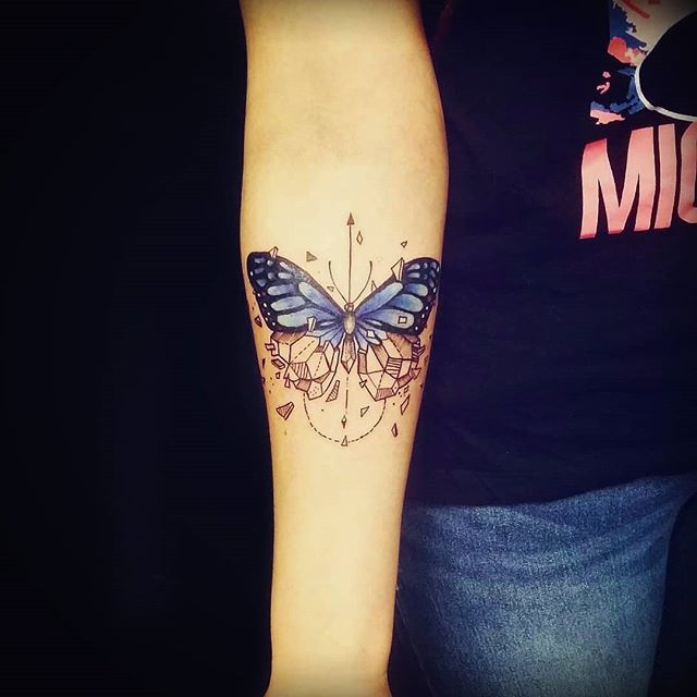 тату бабочка и узор на руке для женщин