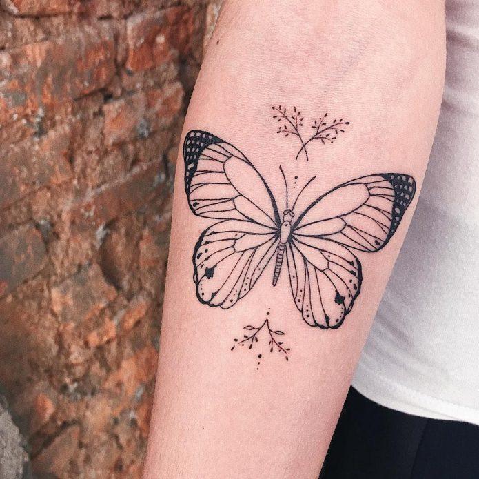 тату бабочка минимализм на руке чб