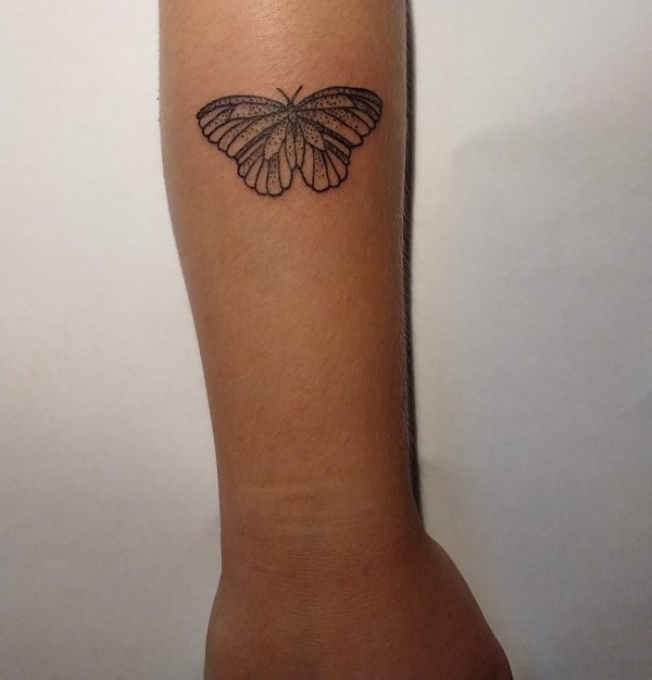 тату бабочка на предплечье, графика