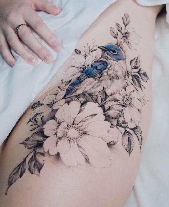 Цветы и маленькая птичка