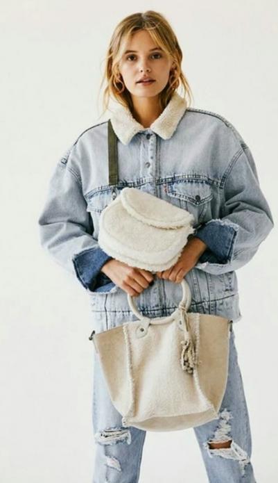 Меховая сумка с джинсами